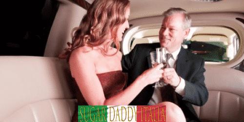 donna e uomo con un bicchiere di champagne che tostano in una limousine