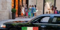 ragazze che fanno shopping in una limousine
