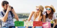 Uomo maturo scatta foto di due ragazze sugarbabe