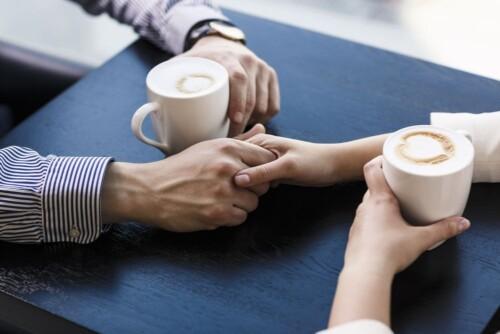 Due mani stringono caro accordo