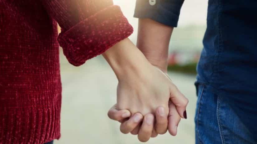 Due mani si tengono con amore i fidanzati amano
